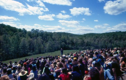 Steven Gaskin (center) speaking at an outdoor Sunday meeting in Summertown, Tenn., c. 1975. (Source: Robert Rosenthal collection, CS 665-6998)