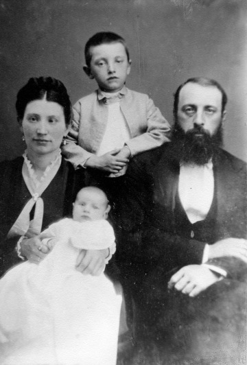 Family photograph of the Peckinpaugh family: Henry Peckinpaugh, Mollie Peckinpaugh, Harry Peckinpaugh, Flora Peckinpaugh, n.d. Source: University Archives and Special Collections (MSS 069-009)