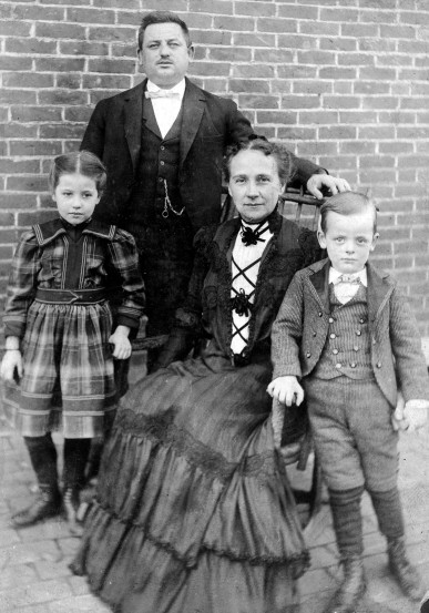 Dr. Charles F. Cluthe, his wife, Hulda Illing Cluthe, daughter Oramay, and son, William, c. 1900. Source: Oramay Cluthe-Eades collection, MSS 091-020.
