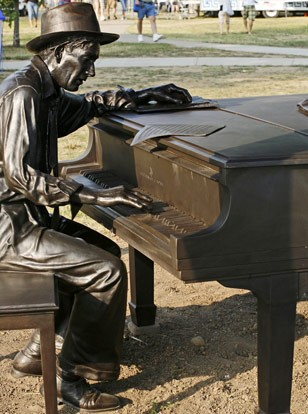 Hoagy Carmichael Statue at Indiana University, 2008. Source: http://newsinfo.iu.edu/news-archive/8766.html