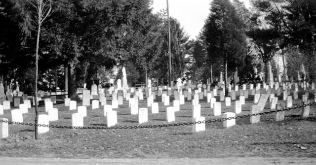 Possible Civil War section at Oak Hill Cemetery in Evansville, Indiana, c. 1900. MSS 264-1237.