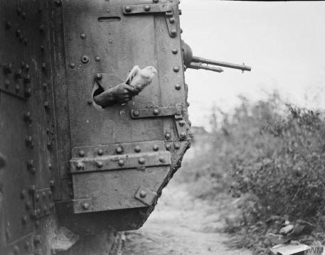 Carrier pigeon carrying information being released from a British tank, France, 1918. Source: https://tinyurl.com/sulepck